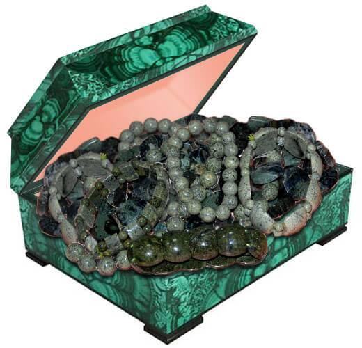 Бусы украшения из натурального камня змеевик купить в Украине по лучшей цене. Камень змеевик фото и свойства.